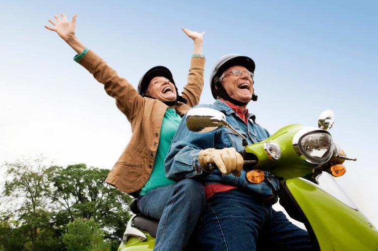 Viagem com idosos - curtindo um passeio de moto