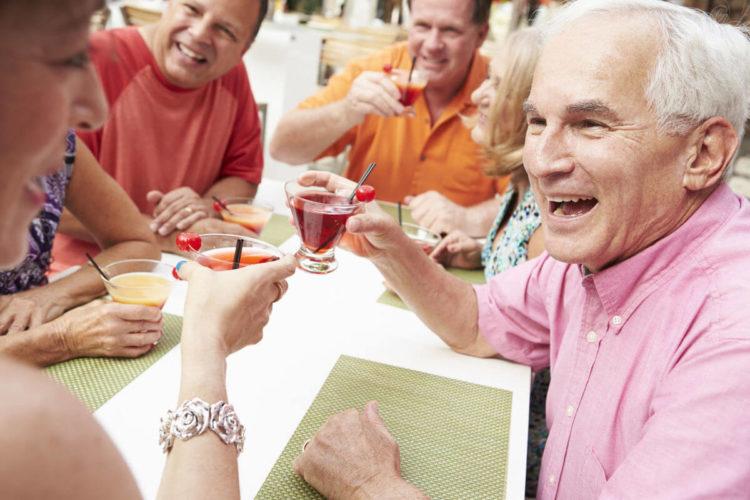 Viagem com idoso - idosos brindando em um restaurante