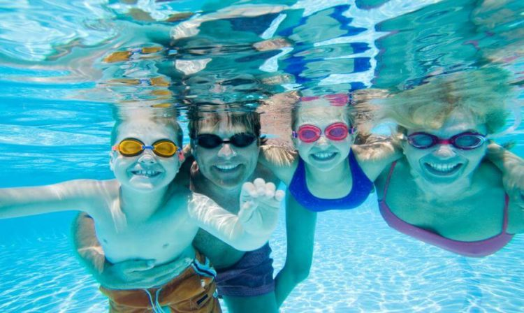 Aniversário em Hotel - família brincando debaixo da água