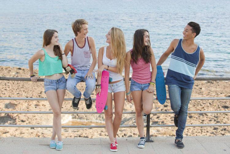 Checklist de Carnaval - jovens descontraindo na praia