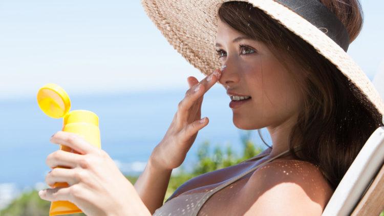 Checklist de Carnaval - Mulher passando filtro solar